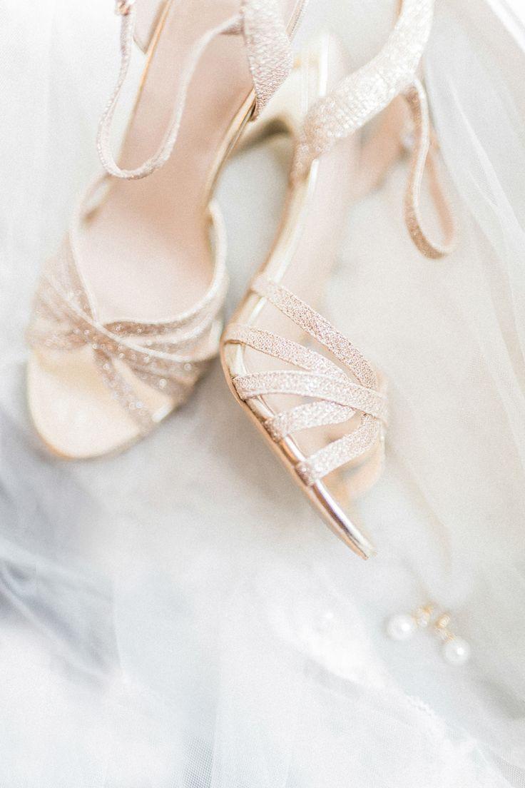 Herbstliche Hochzeitsinpiration: Romantic Gold & Berry Tone von Melek Özdemir Photography auf Hochzeitsblog Evet ich will #evetichwill #melekoezdemirphotography #weddinginspiration #styledshoot #hochzeit #herbst #hochzeit2017 #marsala #gold #weddingshoes #brautschuhe