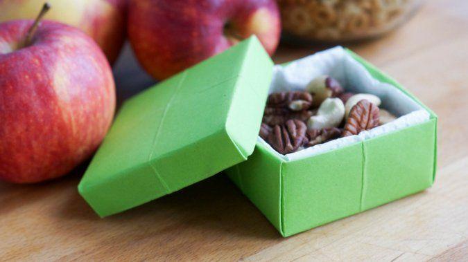 Fabriquez une adorable boîte de rangement avec une simple feuille A4... Parfaite pour tout organiser chez vous !  http://www.deco.fr/loisirs-creatifs/actualite-825878-tuto-fabriquer-boite-rangement-origami.html