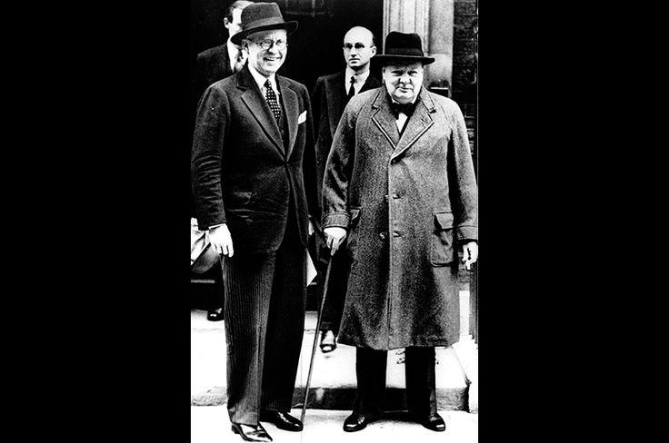 ジョン・F・ケネディの父、ジョセフ・P・ケネディと。ケネディは在英米国大使を務めていた。1940年10月に米国に帰国、後に舌禍事件を引き起こして米英双方の国民の不興を買った。この写真は同年同月撮影、帰国直前の写真と思われる。