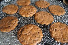 """Ficou com água na boca? Pode ficar! E o melhor… pode comer! Esse cookie é super gostoso e bem magrinho! Essa receita rende 9 cookies. Cada um com 66 calorias e 7 gramas de gordura sendo que a grande parte vem do óleo de coco e portanto é """"gordura do bem"""". Ingredientes: – 1 scoop …"""