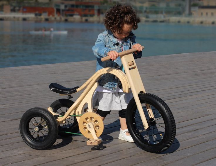 A complete innovation in children riding toys! The wooden Leg&Go through 8 modifications teaches walking, balancing and pedaling to children of 8 months to 6 years.