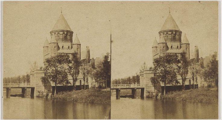Kleine Houtpoort, 1855. Oudste stereofoto in bezit van het Noord-Hollands Archief. De poort is in 1873 afgebroken. Fotograaf: Pieter Oosterhuis