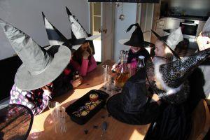 Een heksenfeestje kun je goed thuis organiseren.