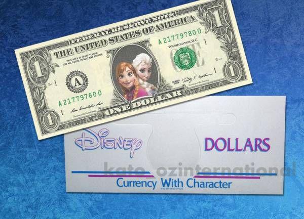 アメリカ造幣局が発行した「アナと雪の女王」の1ドル紙幣、カラー版です。 今回は「ディズニー紙幣専用」の封筒に入れてお届けします。  アメリカ造幣局発行の1ドル紙幣(ワシントン肖像画)の上に、アナとエルサが印刷された非常に薄い素材を貼り付けており、見た目では全く違和感はありません。 この加工は1967年以降、米財務省が法的に認められている技術で、政府公認の業者が作成した紙幣です。  実際に紙幣としてご利用頂けますが、コレクションやギフト用としてお求めになられてはいかがでしょうか♪