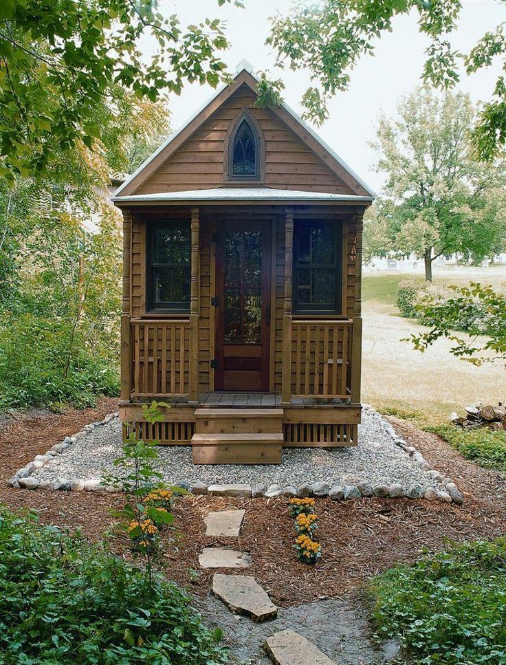 pequeña casita de madera con porche