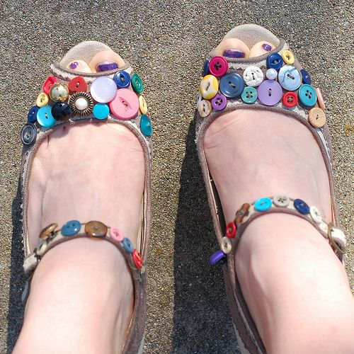 Button makeover: Diy Shoes, Shoe Idea, Button Crafts, Button Shoes, Buttons, Button Art Crafts Design