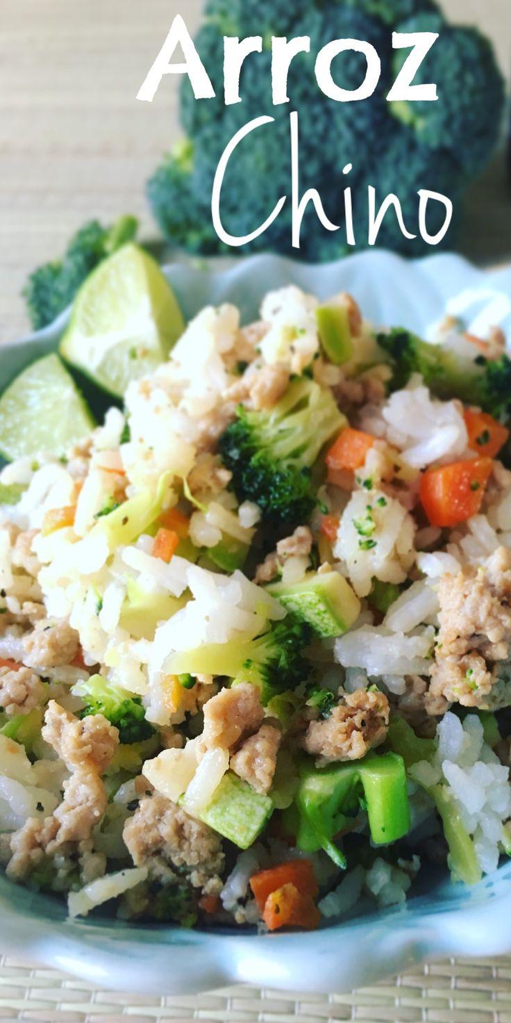 Arroz chino // Arroz frito y bañado en salsa de soya, con carne molida de puerco, y pequeños trocitos de brócoli, zanahoria, y calabacitas.
