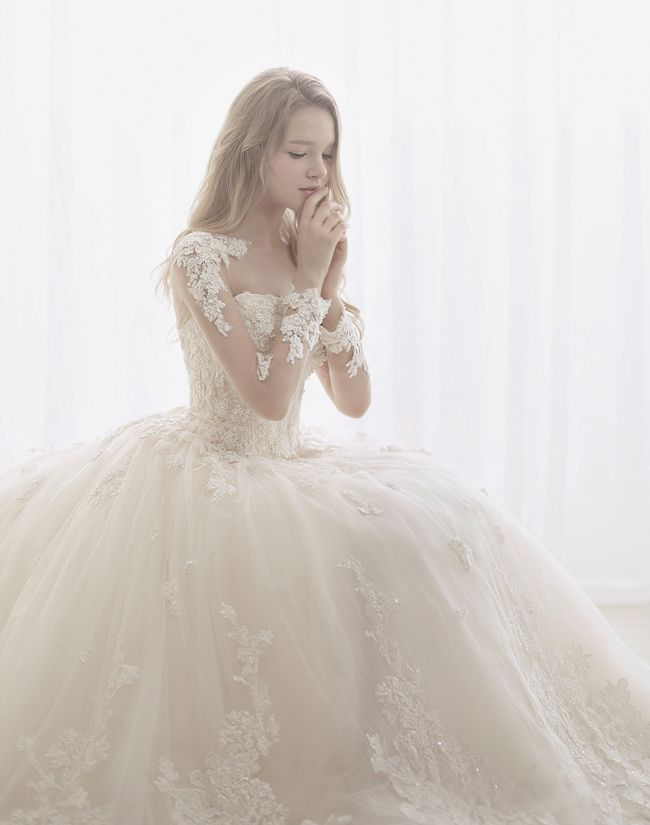 The beauty of this Bridal Hui wedding dress featuring romantic lace details has captivated us all!