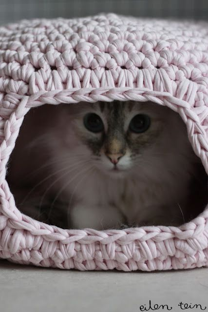"eilen tein: pesä (Yesterday I did: nest)  Crocheted cat ""nest"" tutorial. Original in... um, Finnish, maybe? Google translate button on page helps those of us who are linguistically challenged by Northern European texts. Oh! And there are photos of adorable kittehs!"