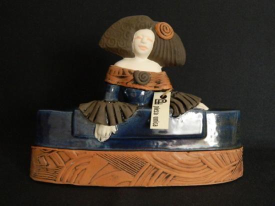 menina 03 (azul)  ceràmica,arcilla òxidos,y esmaltes modelado,coccion
