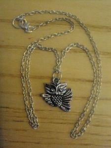 4,80€/kpl + toimituskulut. www.urielkorut.com  Pikku pöllö kaulakoru.  Koru Tiibetin hopeaa ja koko noin 2,0 cm * 1,5cm.  Nikkelittömän ketjun voit valita kahdesta vaihtoehdosta: 40cm tai 50cm.