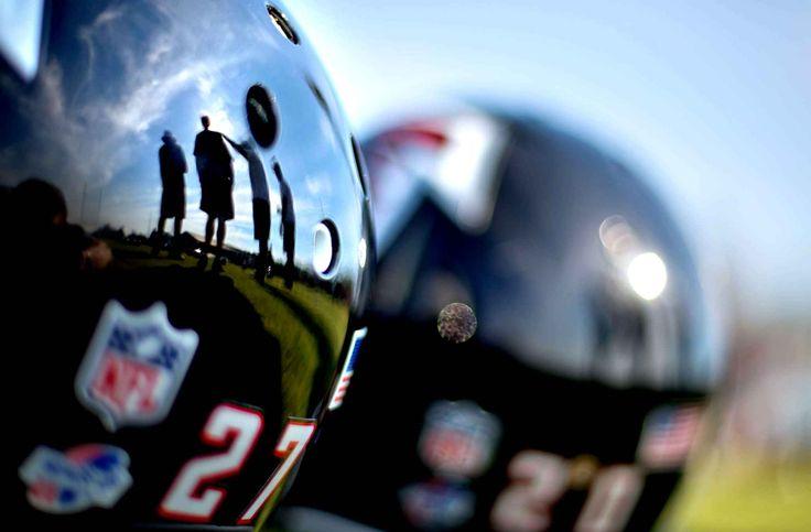 FOOT US | ATLANTA FALCONS ■ Le camp d'entraînement de l'équipe de football américain  des Atlanta Falcons a commencé. les casques sont prêts et encore propres