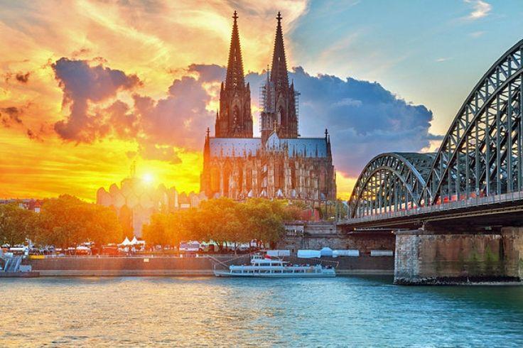 【ドイツ】荘厳な姿に魅了される! 美しきゴシック建築の大聖堂「ケルン大聖堂」 - トラベルブック