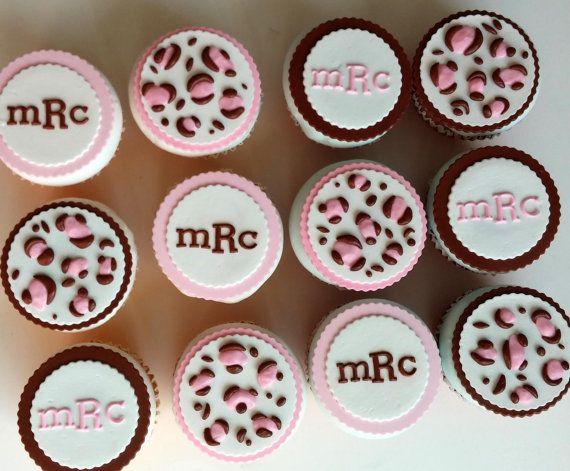 Impresión de 12 Toppers comestibles de Magdalena rosa y marrón leopardo cheetah con monograma