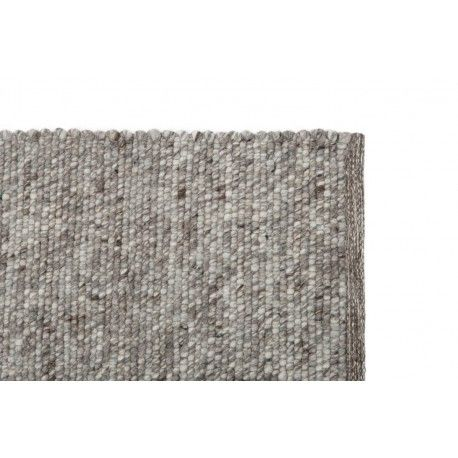 Dit warme wollen vloerkleed Jade Grey van het nieuwe interieurlabel STORM is gemaakt van 100% wol. Verschillende kleuren wit en grijs laten het moderne vloerkleed naar voren komen binnen iedere woonruimte. Ideaal voor een moderne en stijlvolle inrichting! Het tapijt is handgeweven en gemaakt van 100% wol onder eerlijke omstandigheden in India.#vloerkledenloods #basic #soft #warm #carpet #vloerkleed #rug #interioirdesign