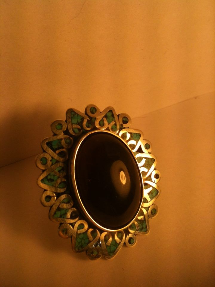 Anillo de plata fina con mosaico de turquesa con amatista al centro. Natalia Cruz Abarca