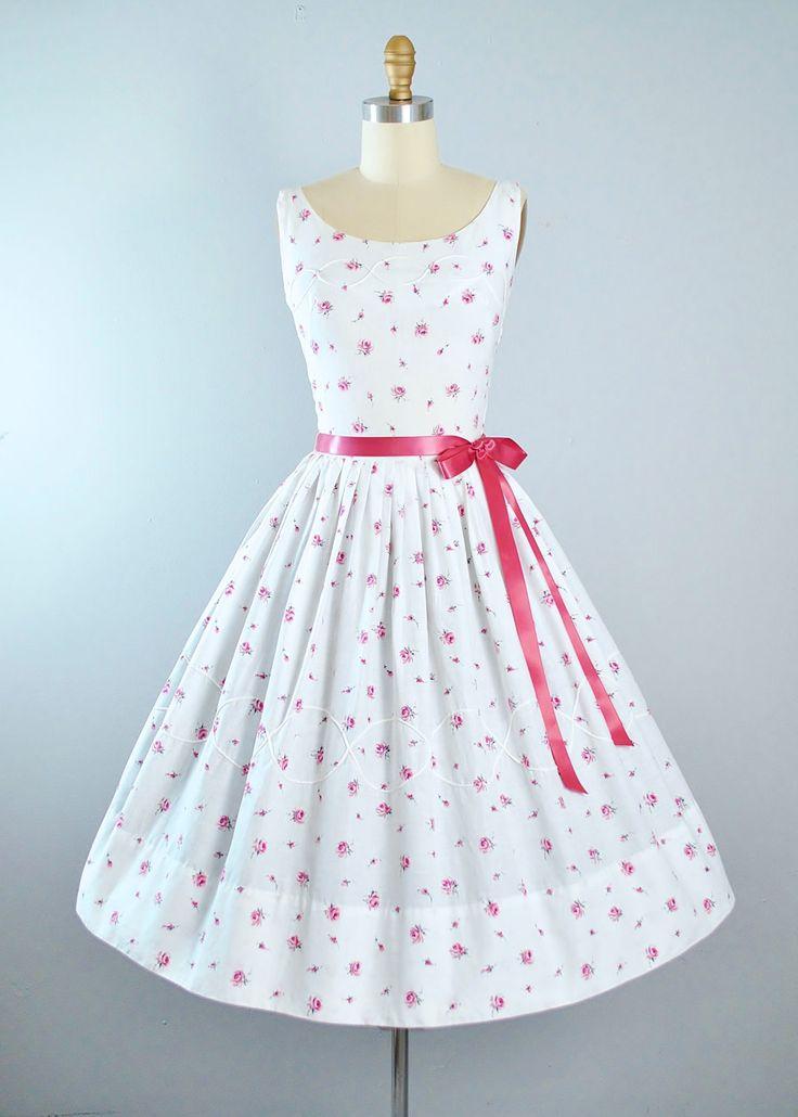 ♦ Vintage jaren 1950 Sundress door Marcy Lee - Dallas ♦ Gebouwd in een witte katoenen stof met rood en grijze Floral Rose Prints. ♦ Scoop