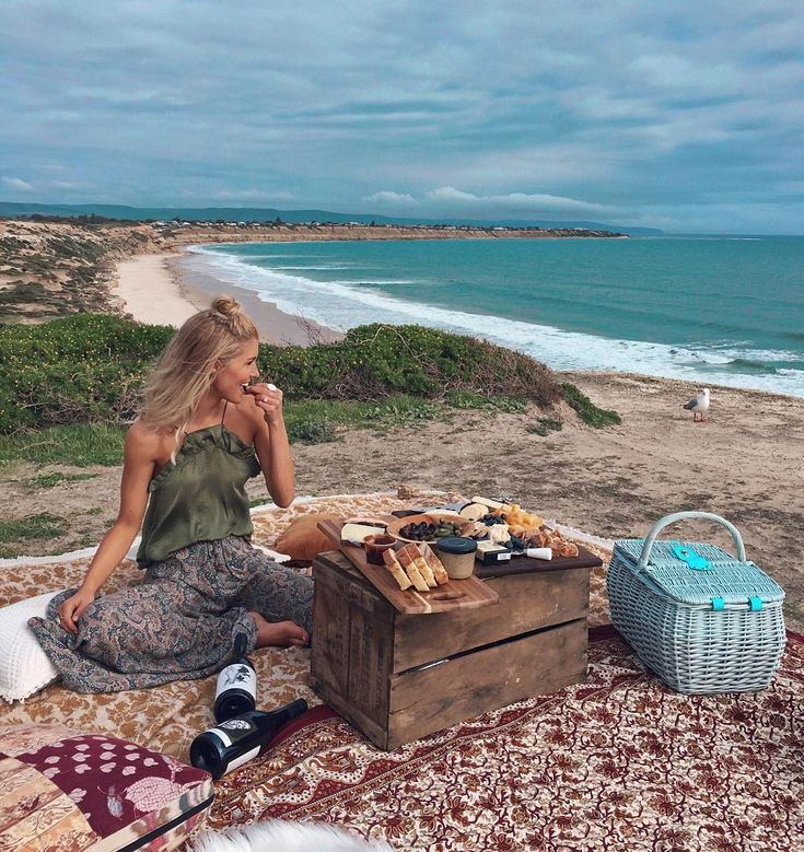 "3,412 Beğenme, 99 Yorum - Instagram'da Elise Cook ◈ AUSTRALIA (@elisecook): ""Sunday.   Picnic, friends, wine and cups of tea by the sea. #silverseas #ichoosesa"""