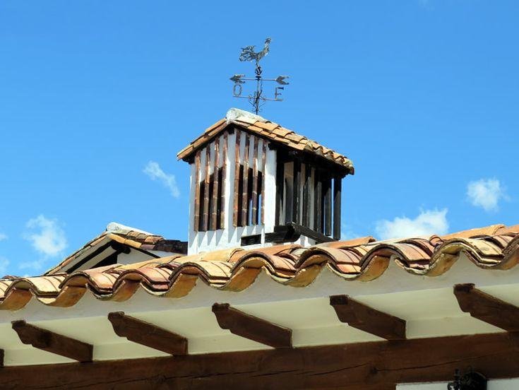 22. Algunas casas tienen adornos en el techo, como este que indica la dirección del viento