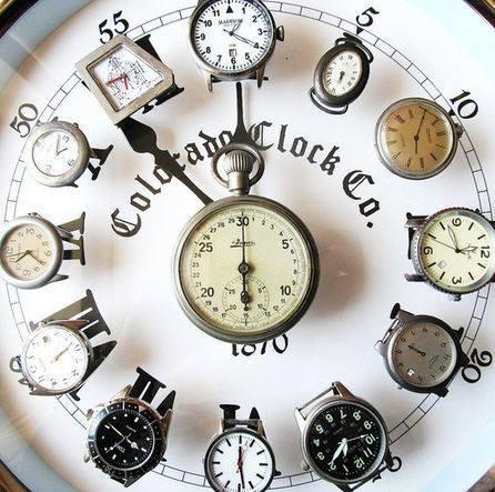 Klok met oude horloges