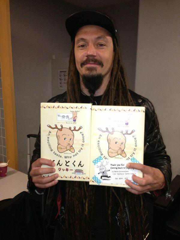 Tomi Joutsen (Amorphis) x Sento-kun @ 2013-10-20 Loud Park 2013 アモルフィスのステージ、もうすぐです!お楽しみに!ヴォーカルのトミは、日本のファンからのプレゼントにご満悦!