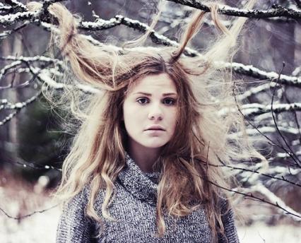 TRPÍ VAŠE VLASY V ZIMĚ??  Vlivem chladného počasí se vlasy stávají křehčí a sušší, ústřední topení pokožku vysušuje a způsobuje vznik statické elektřiny, ve vlhkém počasí jsou rovné vlasy zplihlé a kudrnaté krepovatí. Pod teplými pokrývkami se vlasy potí a zapařují, což vede k vyšší mastivosti a následné častější mytí vlasům škodí. Nedílnou péčí o vlasy by proto měla být pravidelná regenerace. Vyzkoušejte šampony a kondicionéry TIMOTEI