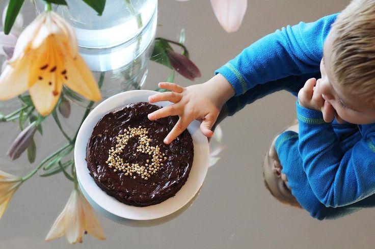 Dette er en brownie kake som jeg lagde uten oppskrift. Jeg brukte 290 g øko kidneybønner, 10 dadler (uten stein), 2 ts rå kakao (eller mer), litt kokosmelk (nok til at foodprosessoren kan lage en jevn blanding). Mix! Smak!  Ønsker du det søtere kan du ha i litt kokosblomst sukker, eller annen sunn søtning. Deretter hadde jeg i hele bokhvetefrø, som gir browniesene litt ekstra crunch. Rør med skje denne gangen, så ikke frøene blir knust. Du kan være ganske kreativ med denne blandingen, og…