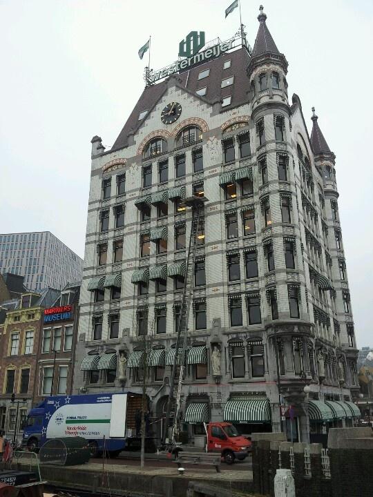 Externe verhuizing vanuit de eerste wolkenkrabber van Europa. Het Witte Huis in Rotterdam