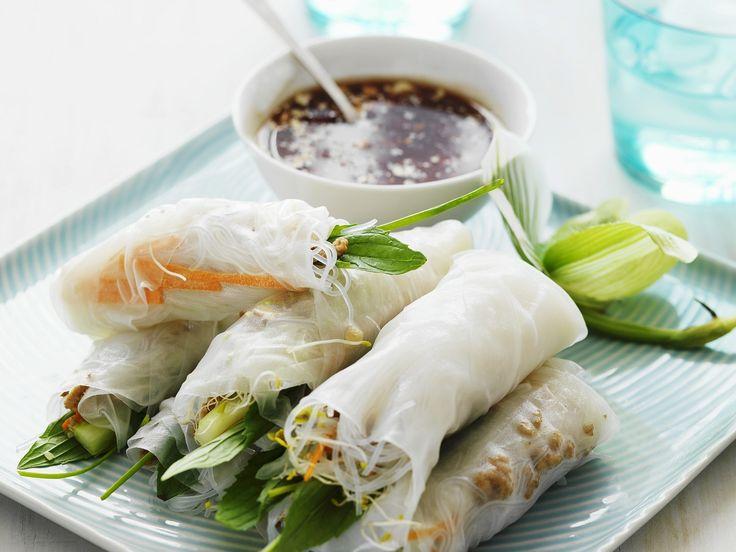 Sieht das nicht köstlich aus. Perfektes Fingerfood für die nächste Party. Teigröllchen auf thailändische Art mit Sojasoße - smarter - Zeit: 45 Min. | eatsmarter.de