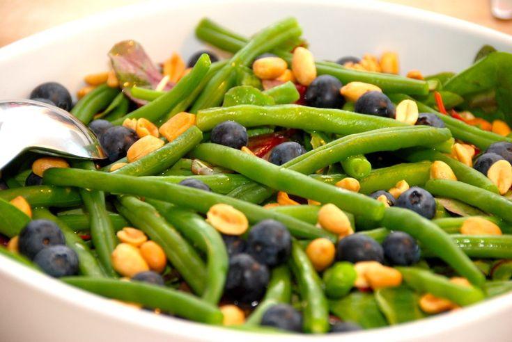 Prøv lige denne dejlige og friske salat med bønner, blåbær og peanuts. Salaten laves på en god bund af en grøn salatblanding eller spinat.