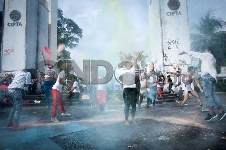 Mahasiswa IKJ Peringati World Dance Day http://sin.do/eD96  http://photo.sindonews.com/view/12333/mahasiswa-ikj-peringati-world-dance-day