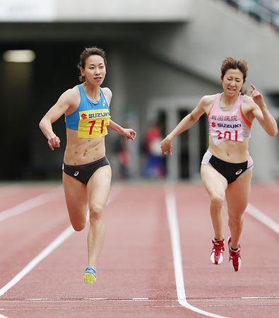 女子200メートル決勝、1位でゴールする福島千里(左)=3日、静岡・エコパスタジアム / 福島、優勝に一安心=静岡国際陸上 #陸上 #福島千里
