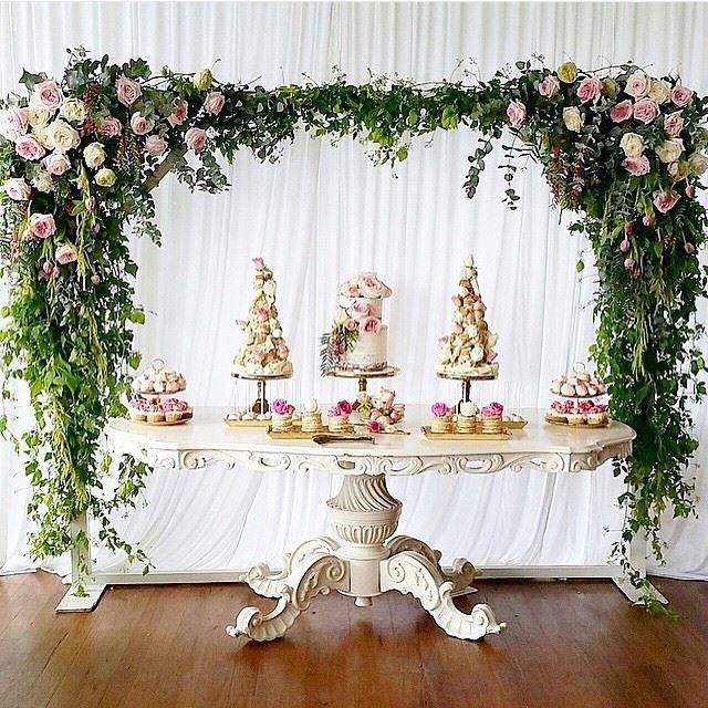 OMG Candy Buffet in weiß mit Blumendeko