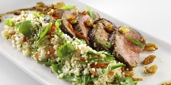 Ras El Hanout paahdettua naudan ulkofileetä ja kuskus-salaattia. Hyvä ruoka, parempi mieli.
