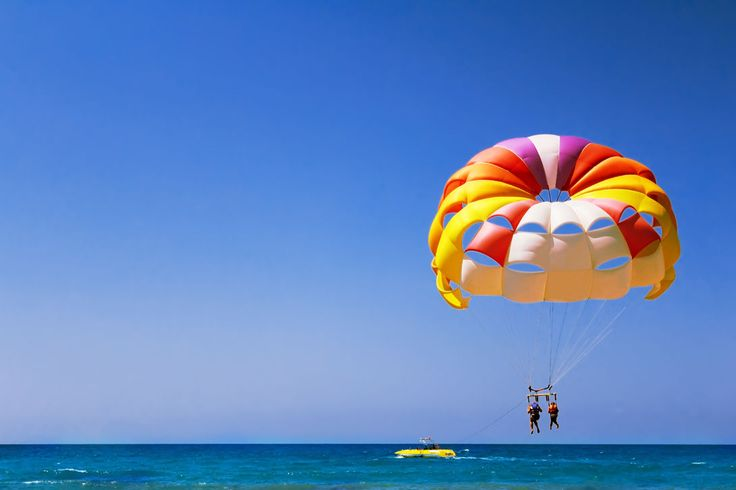 Парасейлинг - полет на парашюте за катером.