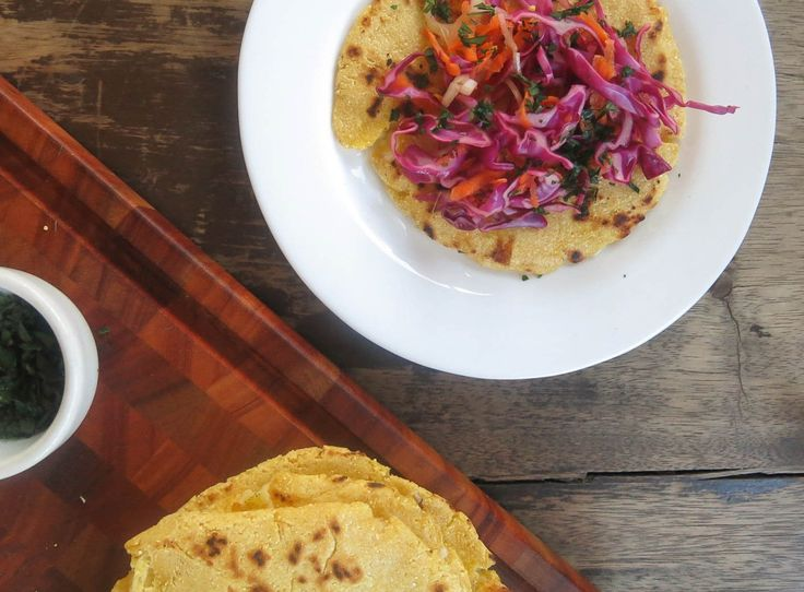 Pupusas con curtido (tortillas recheadas com queijo e salada picante de repolho)