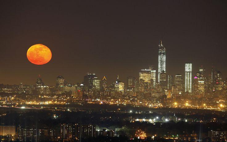 """¡Para enamorarse! Una """"luna roja"""" se eleva en el horizonte de Nueva York"""
