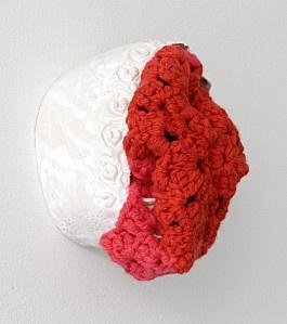 """Sophie Truant   """"Corps cruel"""", 17x21cm, Faënce émaillée et crochet, 2011"""