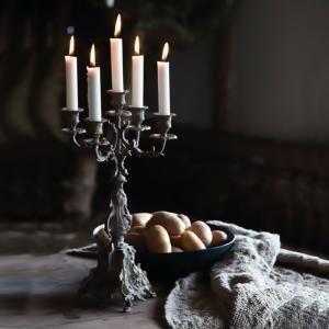 Viktoriansk stil på denna elegant kandelaber i svart järn