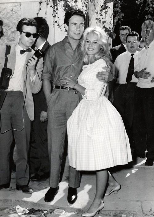 La robe chic, mais décontractée, que porta Brigitte lors de son mariage avec Jacques Charrier en 59, dessinée par Jacques Esterel, ramena le tissu Vichy sous les projecteurs. https://vieuxneufrecycle.wordpress.com/2016/02/27/icones-de-mode-brigitte-bardot/