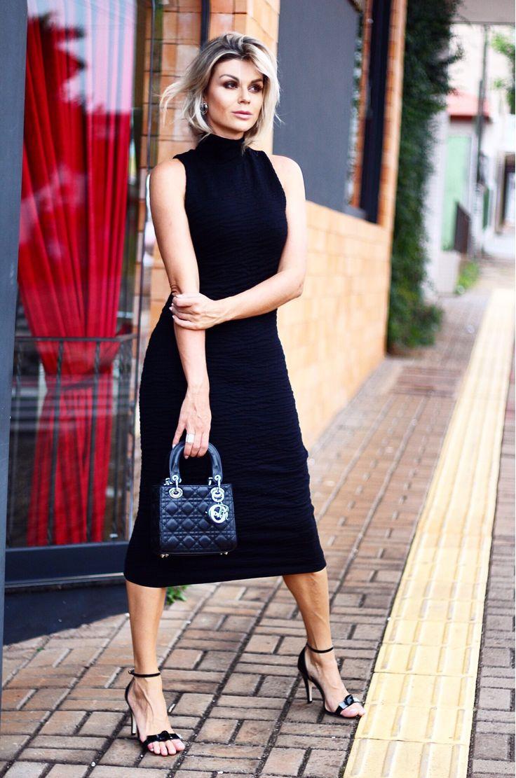 looksly - Denize Sperafico com vestido preto midi com gola alta do Inverno 2016