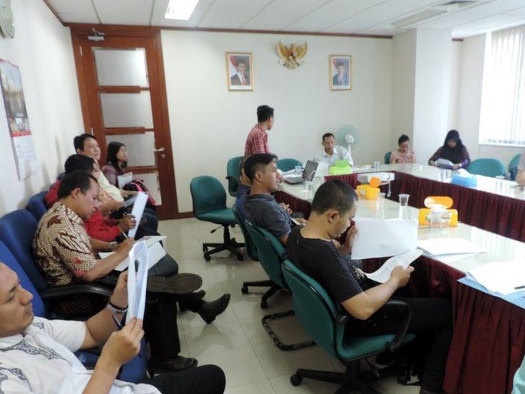 Wajib Pajak sedang memahami user manual atau tata cara menggunakan e-POS Pajak Daerah