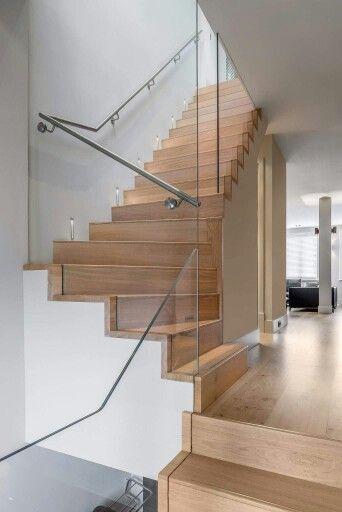 Trap  met houten traptreden. Mooi in dezelfde kleur als de vloer.