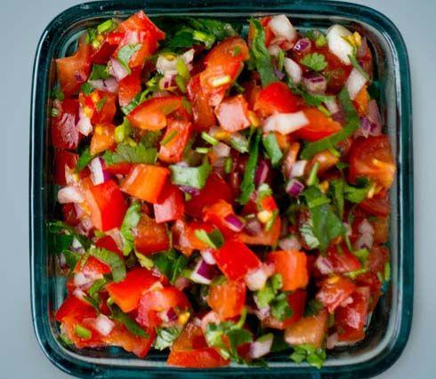 Salsa passer til mye og kanskje spesielt til meksikanske retter. På Lises blogg finner du oppskriften på en sunn og enkel salsa.