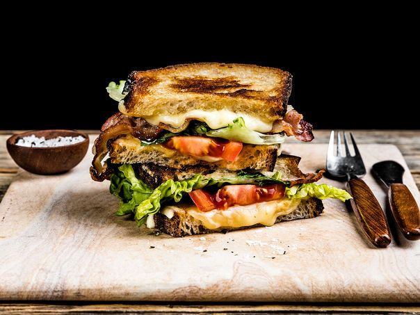 BLT-Ostesmørbrød med Edamer, bacon, tomat og aioli