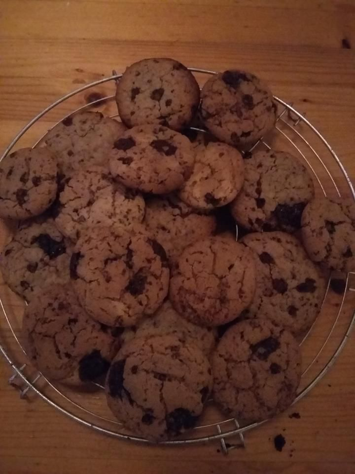 Il me restait des jaunes d'oeufs, mais quoi faire avec. Je me suis dis,ben plus qu'à regarder sur la blogosphère et j'ai trouvé cette recette de cookies. C'est partie pour la recette Ingrédients 3 jaunes d'oeufs 90 g de sucre 50 g de chocolat dessert...