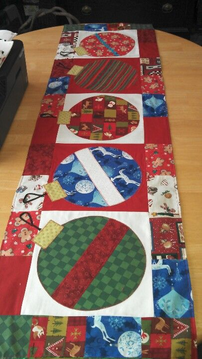 Camino de mesa navideño. Christmas table runner