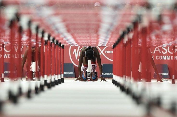 Une athlète au départ du 100 m haies aux Jeux du Commonwealth à Glasgow en Ecosse