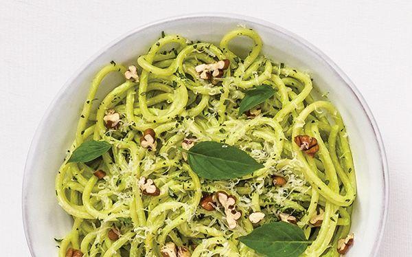 ¡Prueba una manera diferente de hacer pasta! Cocina este delicioso Espagueti con salsa de cilantro.