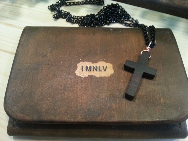 IMNLV Makassar wood cross necklace with a leather case this time, also handmade